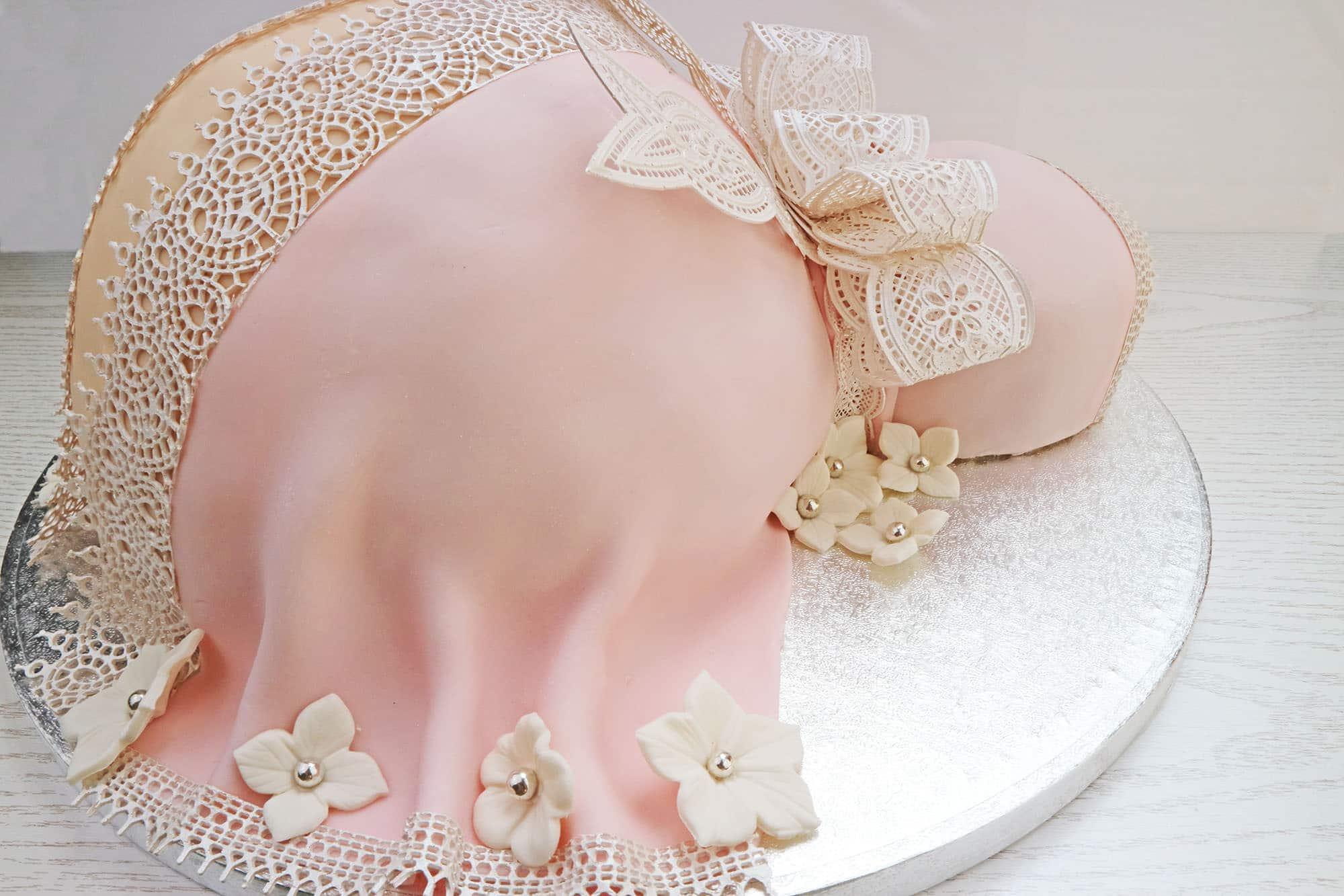 oreo-torte im babybauch-design