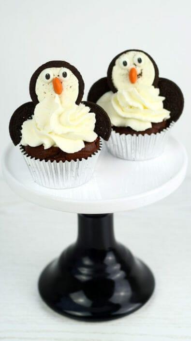 pinguin fledermaus cupcakes mit Oreos und M&Ms